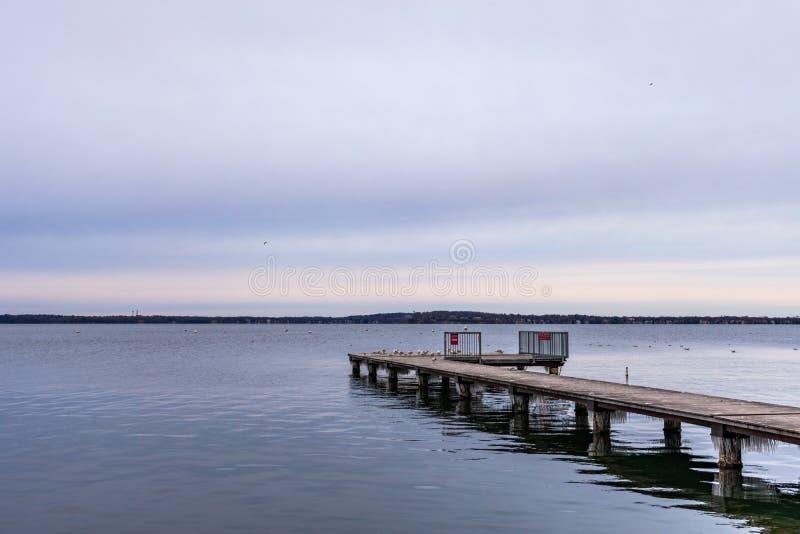 Seitenansicht von Pier Extending heraus in Richtung zum See Mendota in Madison Wisconsin stockfotos