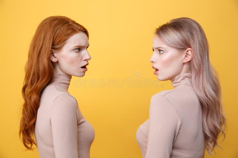 Seitenansichtbild von verwirrten Jungen zwei Damen stockbilder