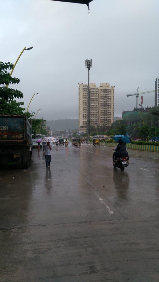 Seitenansichten der Straße nach Regennaturschönheitsblick lizenzfreie stockfotos