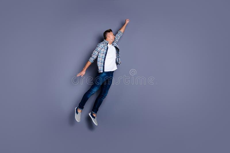 Seitenansichtfoto des Fulle-Längen-Körpergrößen-Profils des dynamischen fokussierten Mannes haben, Denimkleidung der tapferen Abn stockfotos