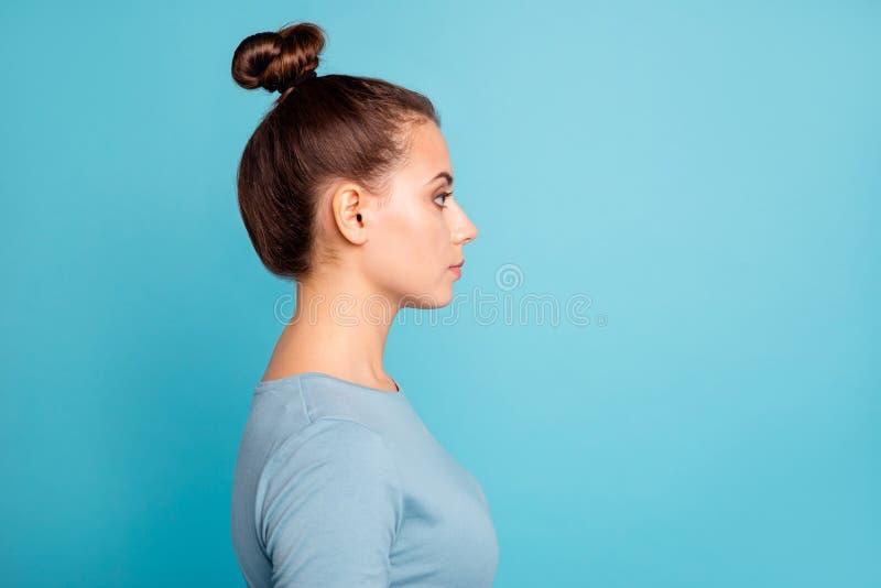 Seitenansichtfoto des Profils reizend kluger Dame kümmerte sich um interessierte Gedanken, die Zukunft moderne Baumwoll-Kleidung lizenzfreies stockbild