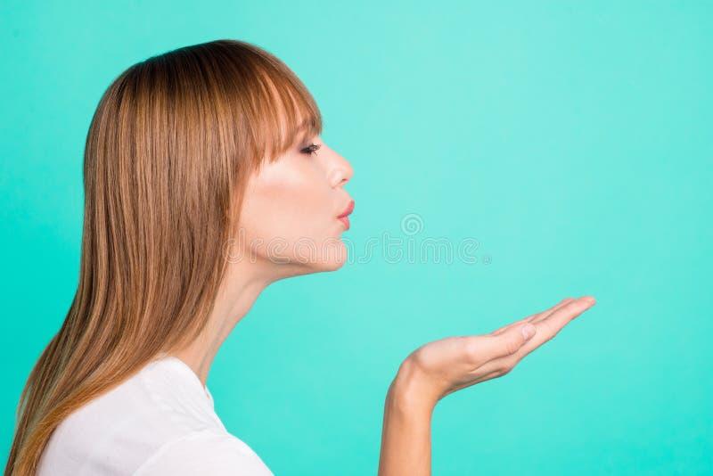 Seitenansichtfoto des Profils reizend netter netter Dame senden Luftküsse glauben positivem zufriedenem bereitem Datum, Jungenmän lizenzfreie stockfotografie