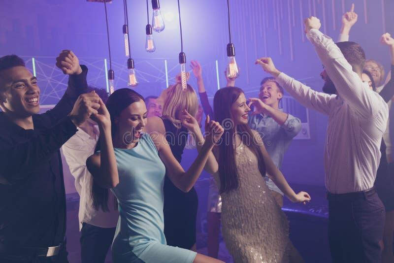 Seitenansichtfoto des Profils von attraktiven Mitfreunden haben Herstellerkleid der flippigen Partei der Bewegung des Spaßes hart lizenzfreies stockfoto