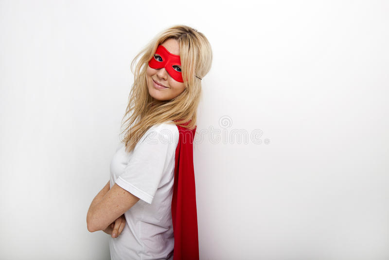 Seitenansichtporträt der überzeugten Frau im Superhelden gegen weißen Hintergrund stockfotos