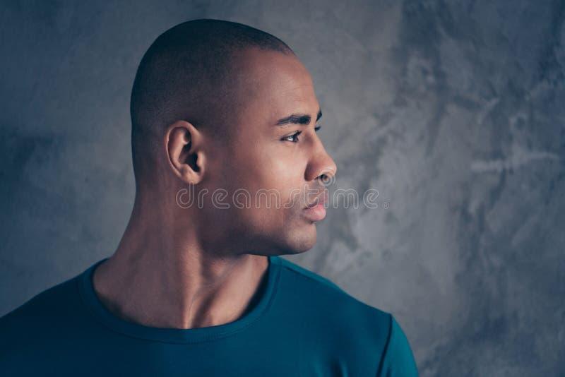 Seitenansichtporträt des Nahaufnahmeprofils von seinem er netter attraktiver ruhiger zufriedener Kerl, der modisches blaues T-Shi lizenzfreies stockbild