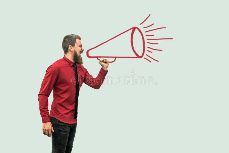 Seitenansichtportr?t des Profils des h?bschen b?rtigen Mannes in der roten Hemdstellung und des Schreiens auf drawed Megaphon stock abbildung