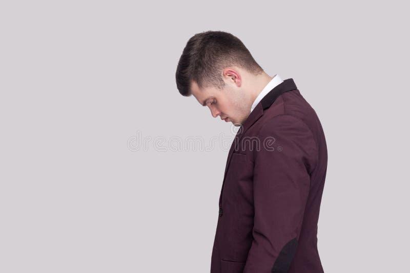 Seitenansichtporträt des Profils des traurigen hübschen jungen Mannes in violettem s stockfotografie