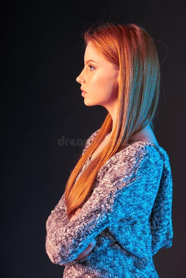 Seitenansichtporträt des roten behaarten Mädchens, das vorwärts schaut lizenzfreie stockfotografie