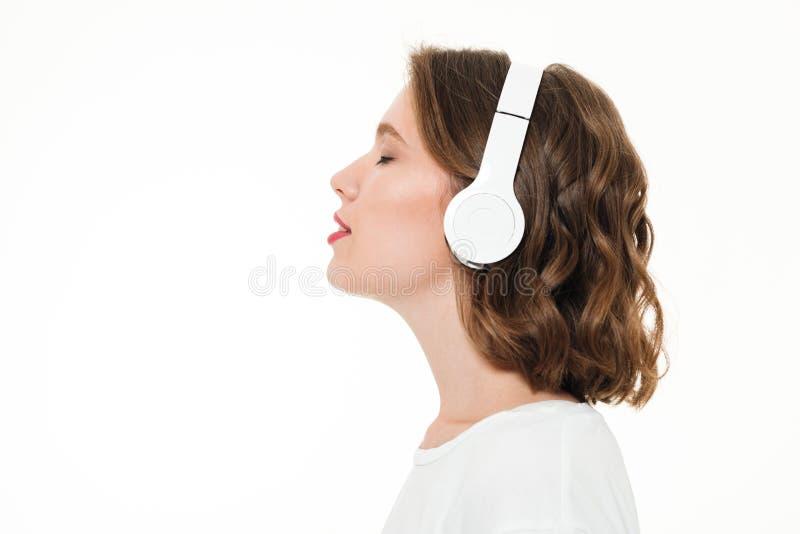 Seitenansichtporträt eines recht jungen Mädchens mit Kopfhörern lizenzfreie stockfotografie