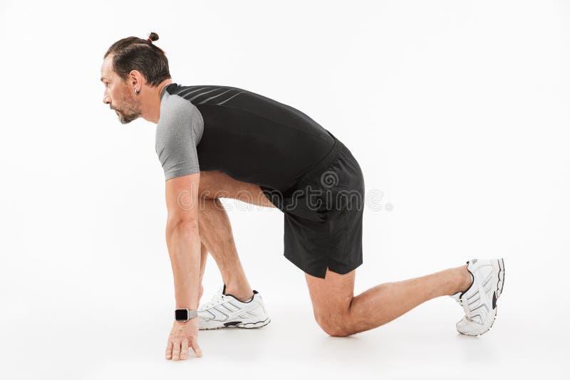 Seitenansichtporträt eines starken reifen Sportlers stockfotos