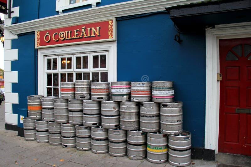 Seiteneingang zur berühmten des Pat Collins Bierkneipe, mit bunten Bierfässern berichtigen draußen, Adare, Irland, im Oktober 201 stockbild