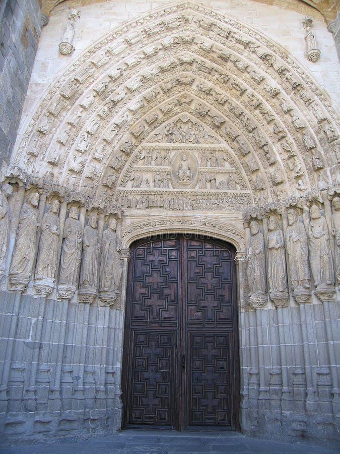 Seiteneingang zur Kathedrale von Ã- Vila, Spanien stockfotos