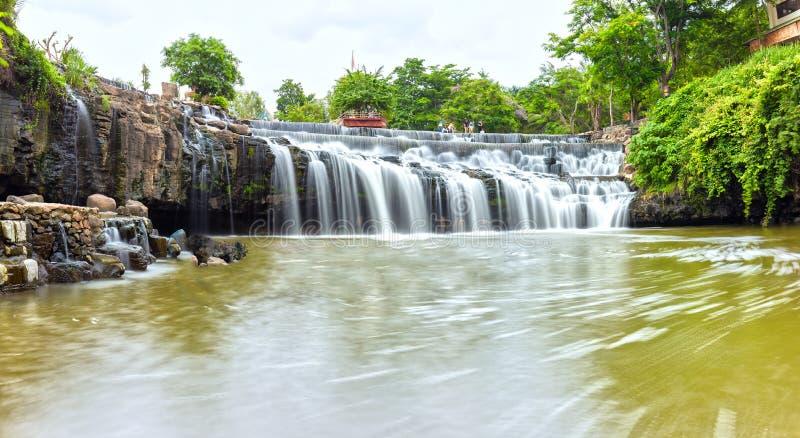 Seitenfelsenwasserfall stockfotografie