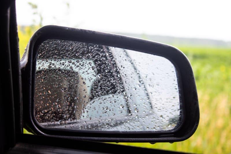 Seitenfenster des Autos in den Tropfen nach dem Regen lizenzfreie stockfotografie
