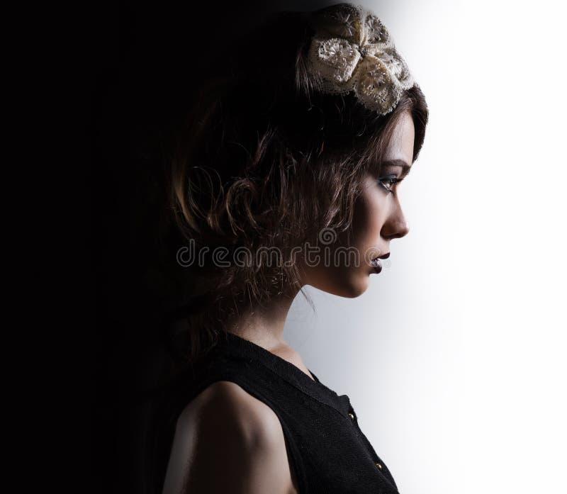 Seitenfläche der herrlichen Frau stockfotos