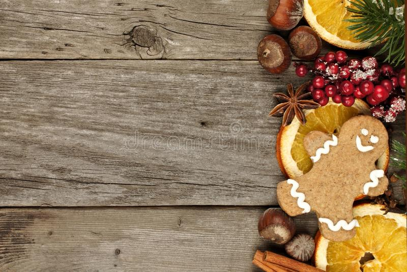 Seitengrenze des Weihnachtsdekors und -festlichkeiten über rustikalem Holz lizenzfreie stockfotos