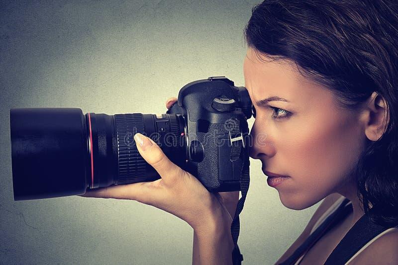 Seitenprofilfrau, die Fotos mit Berufskamera macht Schönes Tanzen der jungen Frau der Paare stockfotografie