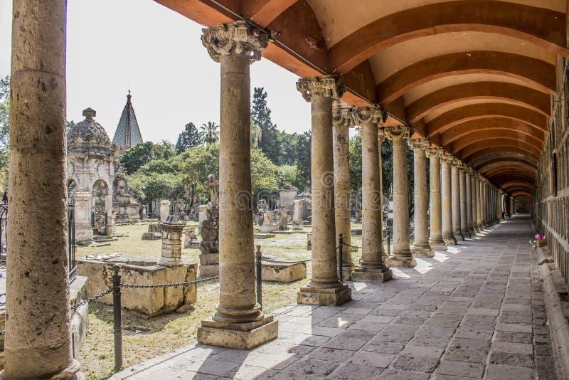 Seitenschiff und große und kleine Gräber des Kirchhofs von Belen in Mexiko lizenzfreie stockbilder