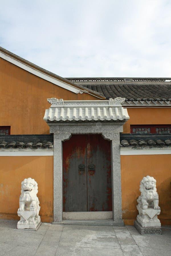 Seitentür des Tempels stockfotografie