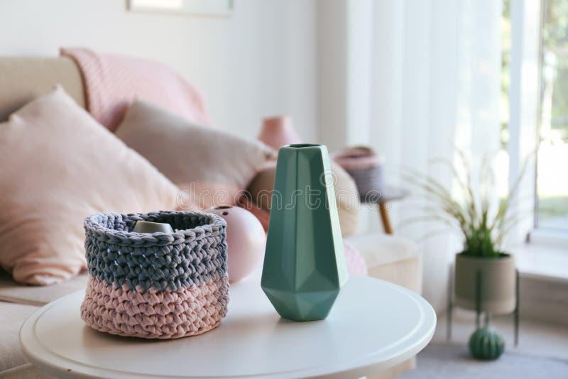 Seitentabelle mit schönen Innenelementen im Wohnzimmer lizenzfreie stockfotos