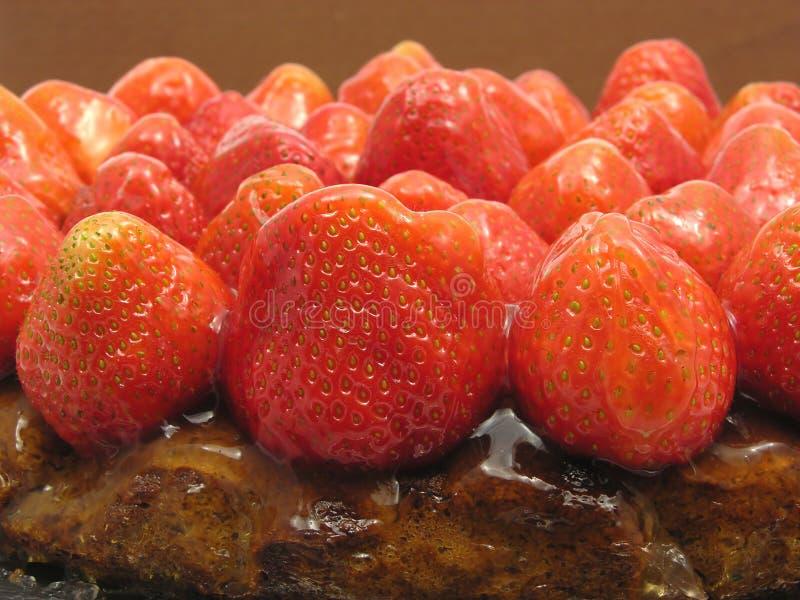 Seitliche Nahaufnahmeansicht eines Erdbeerekuchens lizenzfreies stockbild