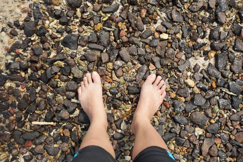 Seixo com os pés descalços imagens de stock royalty free
