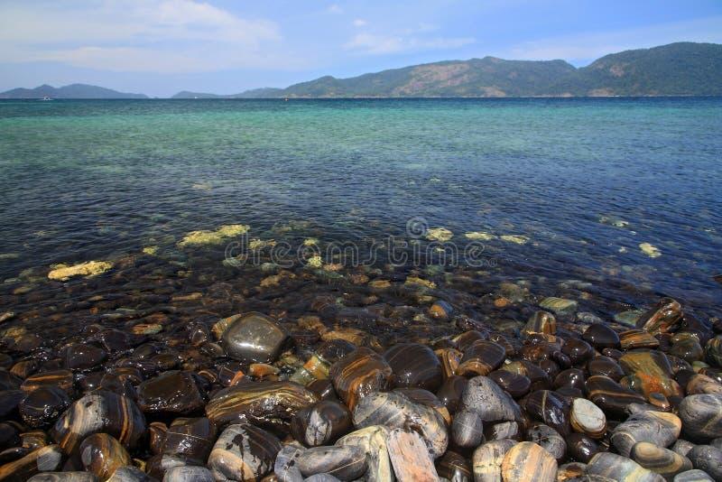 Seixos coloridos na ilha de pedra bonita, chamada Koh Hin Ngam fotografia de stock royalty free