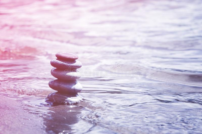 Seixos de equilíbrio no símbolo da água, da meditação, da harmonia e do zen foto de stock royalty free