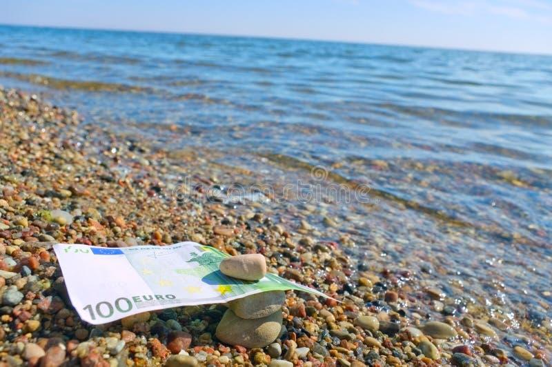 Seixos e euro molhados. foto de stock