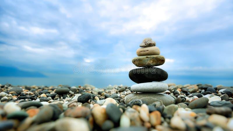 Seixos empilhados ao longo da praia imagem de stock royalty free