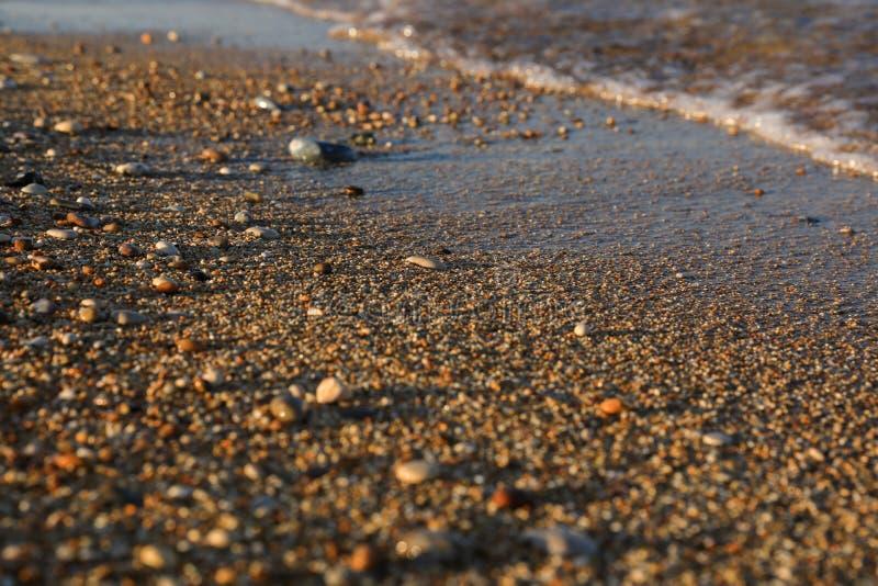 Seixos misturados com a areia da praia bonita de Skala, ilha de Kefalonia, mar Ionian, Grécia foto de stock royalty free