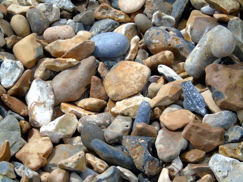 Seixos misturados da cor em uma praia fotos de stock royalty free