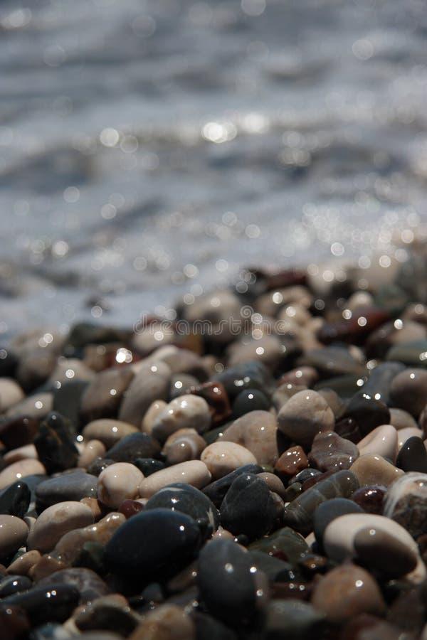 Download Seixos Molhados Na Costa De Mar Foto de Stock - Imagem de detalhe, seixos: 10062586