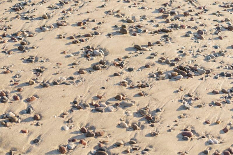 Seixos na areia foto de stock
