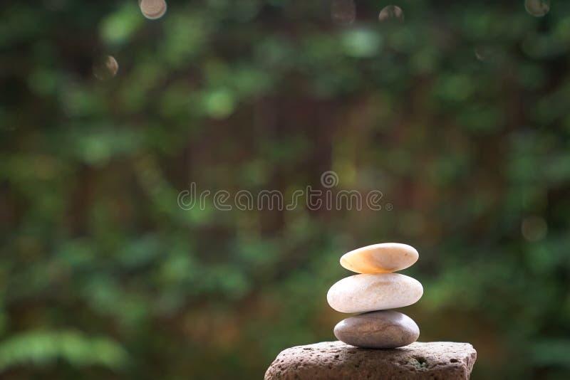 Seixos ou pedras empilhados acima foto de stock