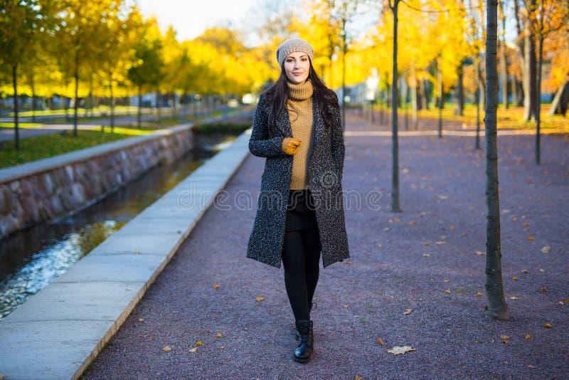 Seizoengebonden concept - aantrekkelijke vrouw die in de herfstpark lopen stock afbeeldingen