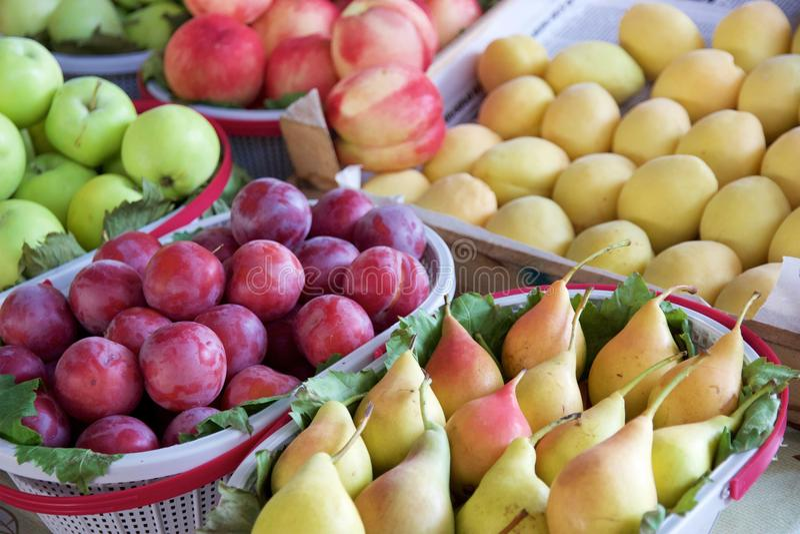 Seizoengebonden de zomerfruit voor verkoop in de markt van de Armeense landbouwer royalty-vrije stock afbeeldingen