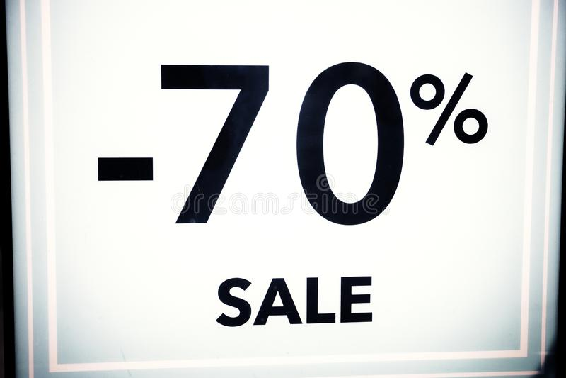 Seizoengebonden kortingen in opslag, verkoop, Black Friday en het winkelen concept korting 70 percentenkorting in het winkelvenst royalty-vrije stock foto