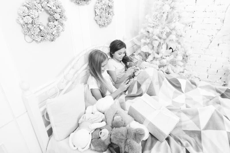 Seizoensgroeten van de familie Fijne kleine kinderen met mobiele telefoon Vrolijk Kerstfeest en gelukkig Nieuwjaar Klein stock afbeelding