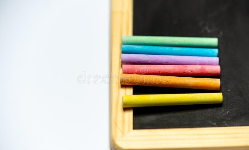 Seja criativo - giz em cores do arco-íris em uma placa preta foto de stock royalty free