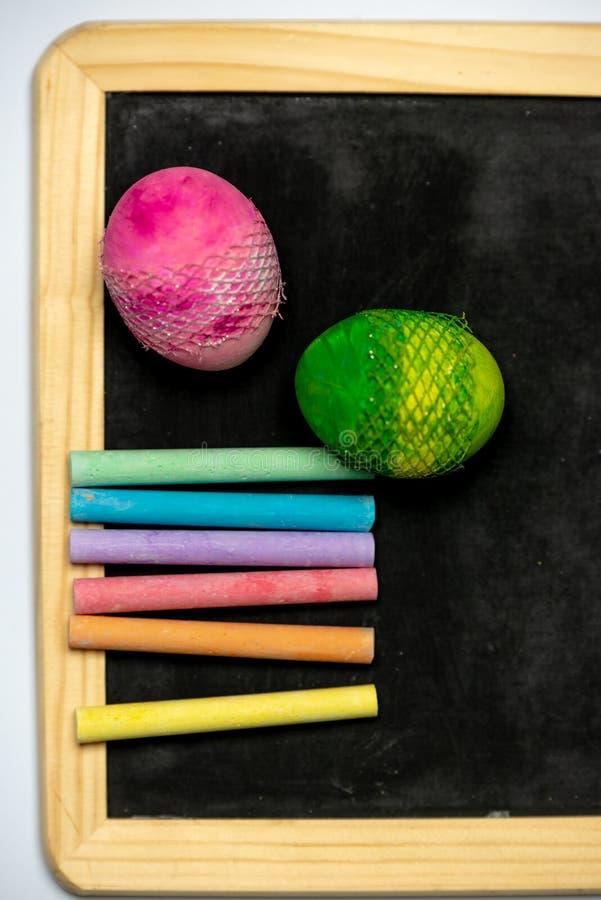 Seja criativo - giz em cores do arco-íris em uma placa preta fotografia de stock royalty free