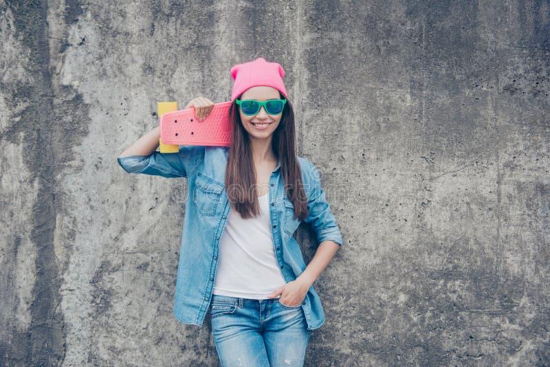 Seja uma estrela! Menina atrativa nova do moderno com placa do patim no engodo imagens de stock