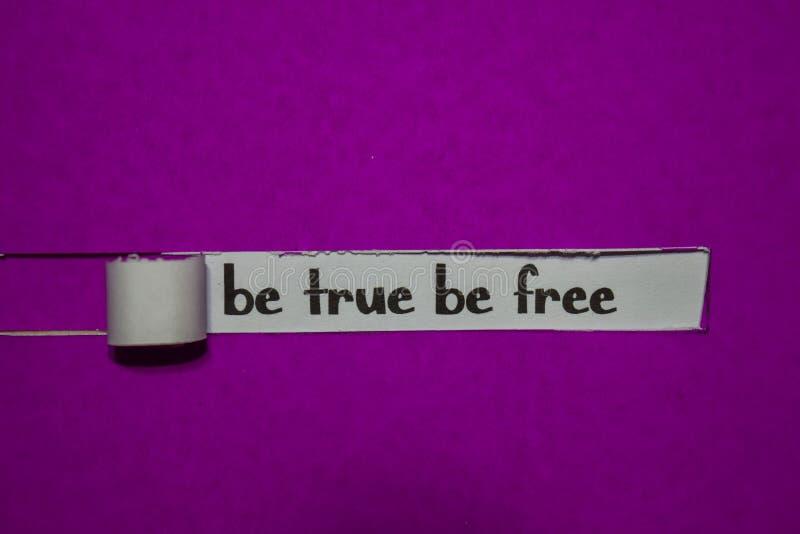Seja verdadeiro seja conceito livre, da inspiração, da motivação e do negócio no papel rasgado roxo foto de stock royalty free