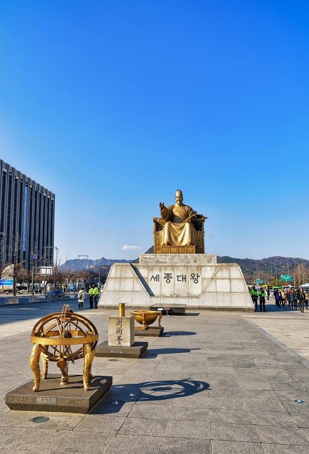 Sejong国王雕象Gwanghwamun广场的在汉城 图库摄影