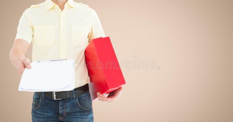 sekcja doręczeniowy mężczyzna z czerwieni pudełkiem daje jego schowkowi obraz stock