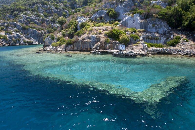 Sekcja Zapadnięty miasto pokazuje Bizantyjskie ruiny na Kekova wyspie w Tureckim morzu śródziemnomorskim zdjęcia royalty free