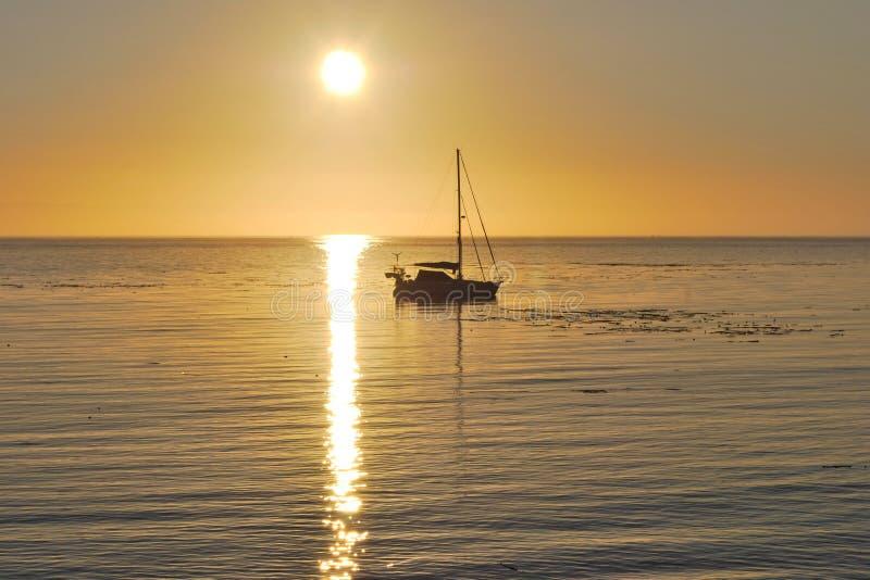 Download Sekiuzeilboot Bij Zonsopgang Stock Foto - Afbeelding bestaande uit water, oceaan: 39117334