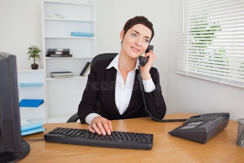 Sekretär, der das Telefon beantwortet lizenzfreie stockfotos