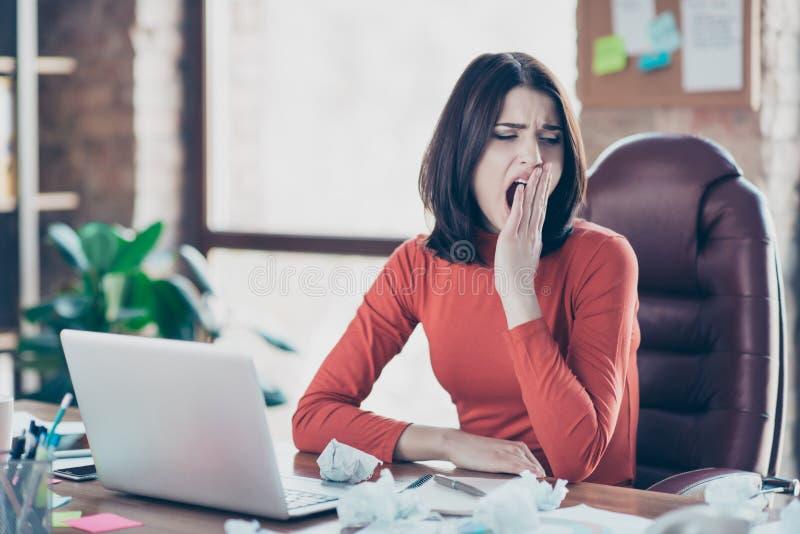 Sekretär, der den Ermüdungssonderlings-Workaholictagtraum fleißig studiert stockbild