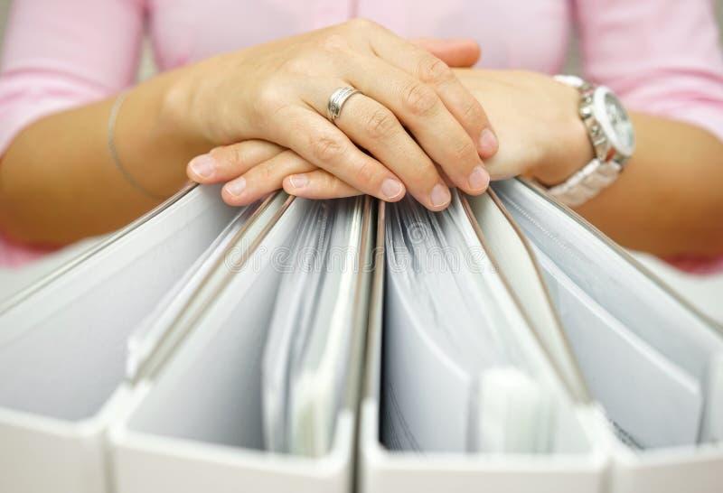 Sekretär, der Mappen, Konzept der Buchhaltung, Geschäft, docume hält lizenzfreies stockfoto